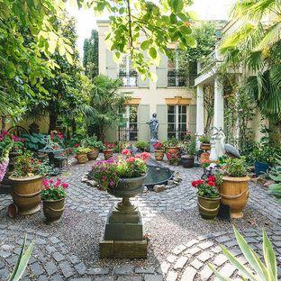 Réalisation d'une terrasse avec des plantes en pots victorienne avec une cour, des pavés en brique et aucune couverture.
