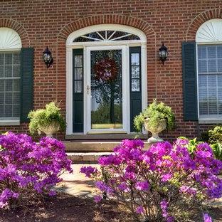 Foto di un patio o portico stile shabby di medie dimensioni e dietro casa con pavimentazioni in mattoni e una pergola