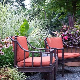 Ejemplo de patio mediterráneo, extra grande, sin cubierta, en patio trasero, con jardín de macetas y granito descompuesto