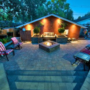 Idee per un piccolo patio o portico chic dietro casa con un focolare, pavimentazioni in cemento e nessuna copertura