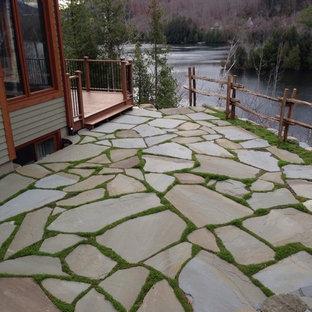 Foto di un patio o portico rustico con pavimentazioni in pietra naturale