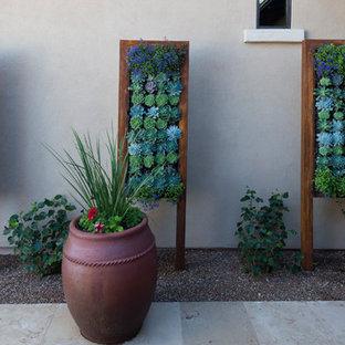 Ispirazione per un ampio patio o portico moderno con pavimentazioni in mattoni e un tetto a sbalzo
