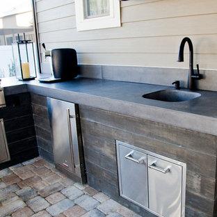 Idee per un patio o portico minimalista di medie dimensioni e dietro casa con pavimentazioni in mattoni