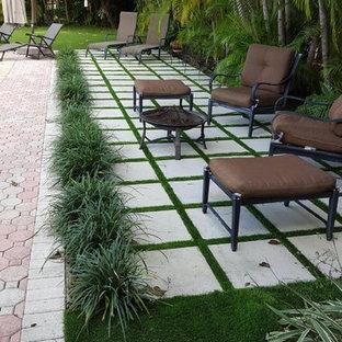 Ispirazione per un grande patio o portico tradizionale dietro casa con cemento stampato