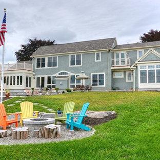 Ispirazione per un patio o portico costiero di medie dimensioni e dietro casa con un focolare, ghiaia e nessuna copertura