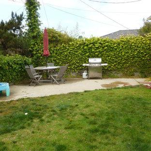 Foto di un piccolo patio o portico stile marinaro dietro casa con lastre di cemento