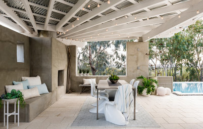Beach Style Meets Desert in a Tucson Backyard