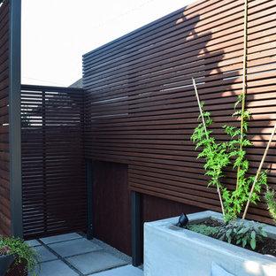 Idee per un piccolo patio o portico etnico dietro casa con un giardino in vaso, pavimentazioni in cemento e una pergola