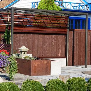 Ispirazione per un piccolo patio o portico etnico davanti casa con pavimentazioni in cemento e una pergola