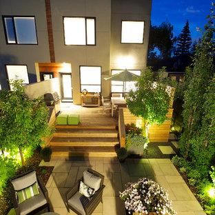Foto di un piccolo patio o portico minimal dietro casa con un focolare, pavimentazioni in cemento e nessuna copertura