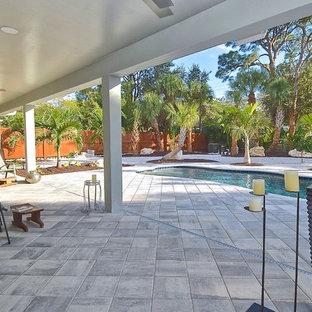 Diseño de patio exótico, grande, en patio trasero y anexo de casas, con jardín de macetas y adoquines de hormigón