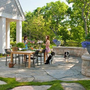 Unbedeckter Klassischer Patio mit Natursteinplatten in Boston