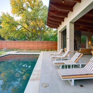 Cette photo montre une terrasse tendance avec un foyer extérieur et une extension de toiture.