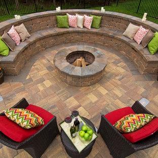 ジャクソンビルの小さいコンテンポラリースタイルのおしゃれな裏庭のテラス (ファイヤーピット、レンガ敷き、日よけなし) の写真