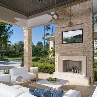 Foto de patio clásico renovado, en patio trasero y anexo de casas, con brasero