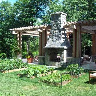 Idee per un ampio patio o portico chic dietro casa con una pergola