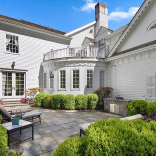 Imagen de patio clásico, grande, sin cubierta, en patio trasero, con cocina exterior y suelo de hormigón estampado