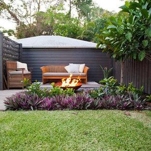 Пример оригинального дизайна: дворик в морском стиле с местом для костра