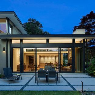 Immagine di un patio o portico contemporaneo di medie dimensioni e dietro casa con lastre di cemento e nessuna copertura
