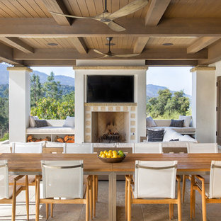 サンタバーバラの大きい地中海スタイルのおしゃれな裏庭のテラス (アウトドアキッチン、タイル敷き、張り出し屋根) の写真