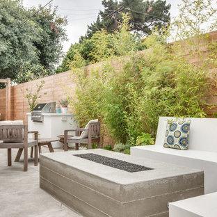 Esempio di un patio o portico minimal con un focolare