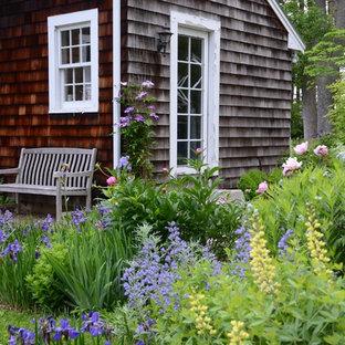 Ispirazione per un piccolo patio o portico country dietro casa con pavimentazioni in mattoni e nessuna copertura