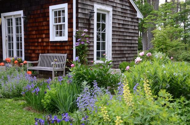 Lantlig Uteplats by Rue Sherwood Landscape Design, LLC