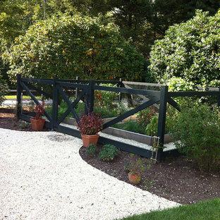 Idee per un piccolo patio o portico country dietro casa con ghiaia e nessuna copertura
