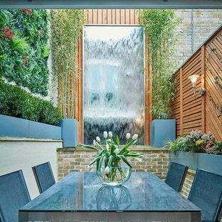 Esempio di un piccolo patio o portico design in cortile con fontane e pedane