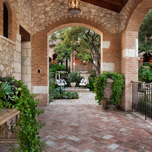 Imagen de patio mediterráneo, grande, en anexo de casas y patio lateral, con adoquines de ladrillo