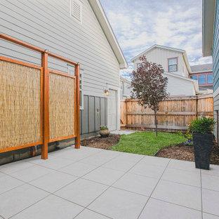 Idee per un patio o portico contemporaneo di medie dimensioni e in cortile con piastrelle