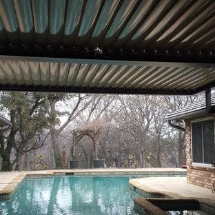 Idee per un patio o portico stile rurale di medie dimensioni e dietro casa con lastre di cemento e una pergola