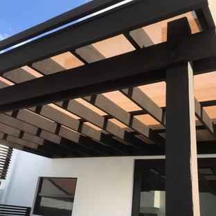 Immagine di un patio o portico di medie dimensioni con una pergola