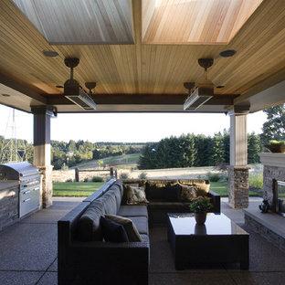 Aménagement d'une terrasse avec une cuisine extérieure asiatique.