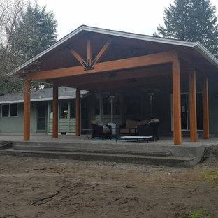 Foto di un patio o portico stile americano di medie dimensioni e dietro casa con un tetto a sbalzo e graniglia di granito