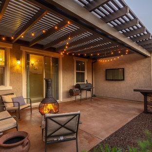 Immagine di un piccolo patio o portico country dietro casa con ghiaia e una pergola