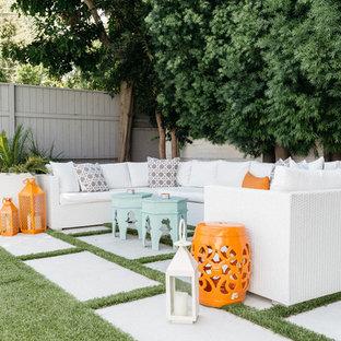 Modelo de patio ecléctico, sin cubierta, en patio trasero, con adoquines de hormigón