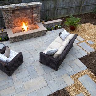 Inspiration pour une terrasse arrière craftsman de taille moyenne avec un foyer extérieur, des pavés en béton et aucune couverture.