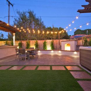 Ispirazione per un piccolo patio o portico american style dietro casa con pavimentazioni in cemento e una pergola