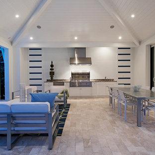 Idee per un grande patio o portico tradizionale con piastrelle e un tetto a sbalzo