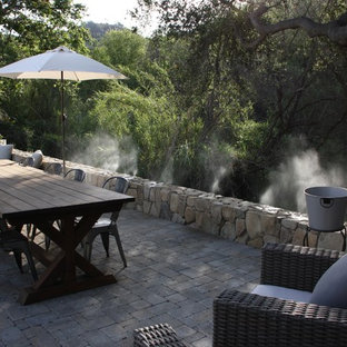 Ispirazione per un grande patio o portico country dietro casa con pavimentazioni in pietra naturale e nessuna copertura