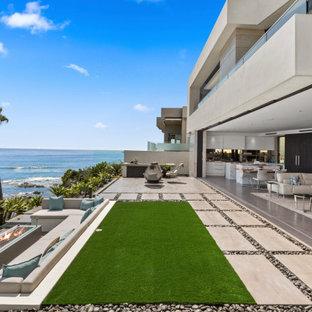 Idee per un grande patio o portico minimal dietro casa con piastrelle e nessuna copertura