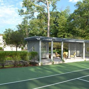 Idee per un patio o portico classico con una pergola