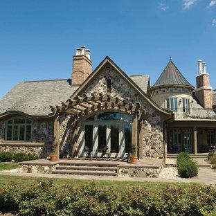 Ispirazione per un patio o portico vittoriano di medie dimensioni e nel cortile laterale con pavimentazioni in pietra naturale e una pergola