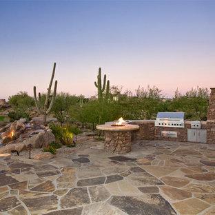 Esempio di un patio o portico american style dietro casa con pavimentazioni in pietra naturale e nessuna copertura