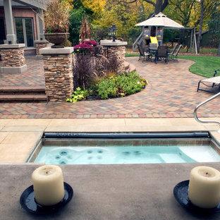 Idee per un patio o portico eclettico di medie dimensioni e dietro casa con fontane, pavimentazioni in cemento e una pergola