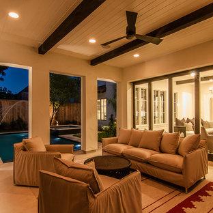 Esempio di un patio o portico mediterraneo di medie dimensioni e dietro casa con un focolare, pedane e un tetto a sbalzo