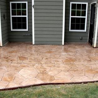 Ispirazione per un patio o portico american style nel cortile laterale con pavimentazioni in cemento