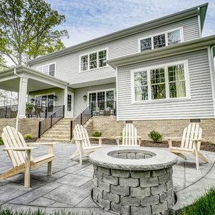 Immagine di un patio o portico shabby-chic style di medie dimensioni e dietro casa con un focolare, pavimentazioni in pietra naturale e nessuna copertura