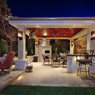 Foto di un grande patio o portico tropicale dietro casa con pavimentazioni in cemento e un gazebo o capanno
